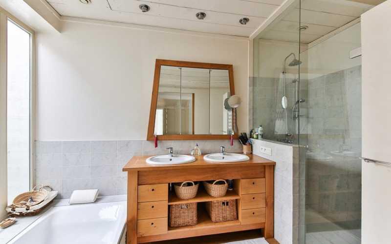 Decoração de banheiro como incorporar elementos em madeira